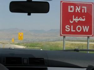 verkehrsschild-langsam-mietwagen-israel